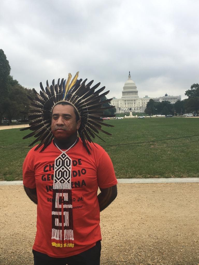 Dinamam Tuxá em frente a Casa Branca, em Washington